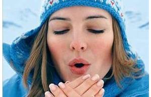 üşüyen kadın Kış Aylarında Dışarı Çıktığımızda Neden Burnumuz Kızarır?