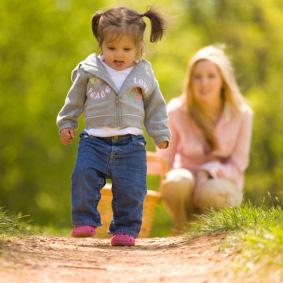 yürüyen kız Bütün Memelilerin Yavruları Doğduktan Kısa Bir Süre Sonra Yürüyebilirken İnsanlar Neden Hemen Yürüyemez?