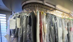dry cleaning clothes rack 300x172 Kuru temizleme nasıl yapılıyor?