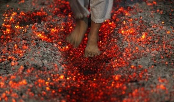 Ateş üstünde nasıl yürünür?